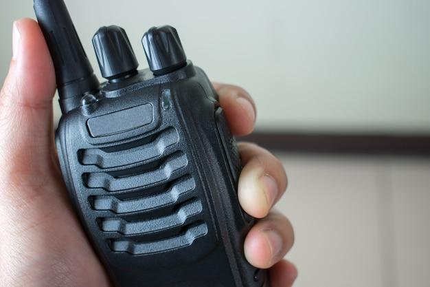 Mano que sostiene la comunicación por radio