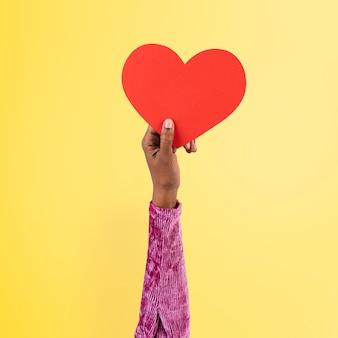 Mano que sostiene el corazón en el concepto de amor y relación