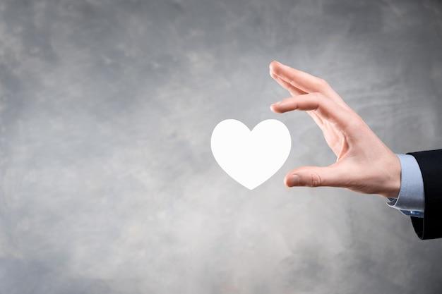 Mano que sostiene el corazón rojo con el símbolo de la cruz blanca. fondo de mapa del mundo. concepto de salud, seguro médico, caridad y medicina. copie el espacio.