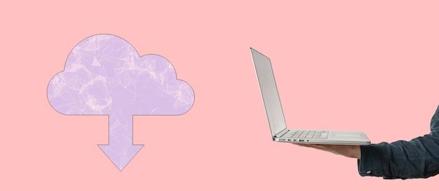 Una mano que sostiene un dispositivo móvil con almacenamiento en la nube, base de datos en línea de comunicación global