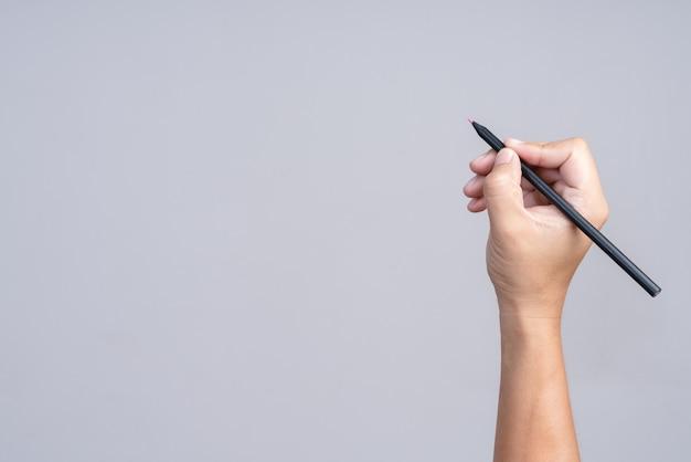 Mano que sostiene el lápiz de color