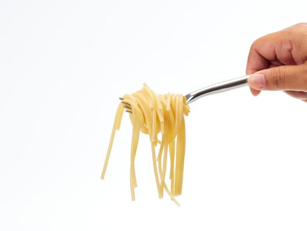 Mano que sostiene la manija del tenedor rollo de línea de espagueti