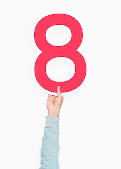 Mano que sostiene el número ocho signo
