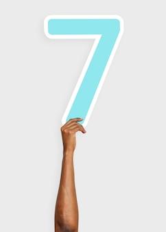 Mano que sostiene el número siete signo