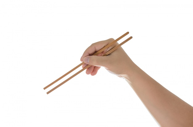 Mano que sostiene los palillos, aislados en blanco