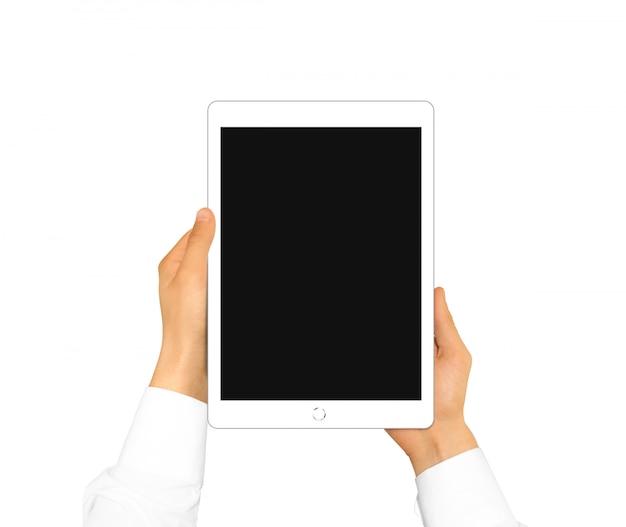 Mano que sostiene la pantalla de la tableta en blanco simulado hasta aislado