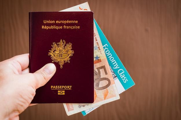 Mano que sostiene un pasaporte francés