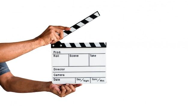 Mano que sostiene una pizarra de la tablilla de la película o la pizarra de la película aislada en el fondo blanco