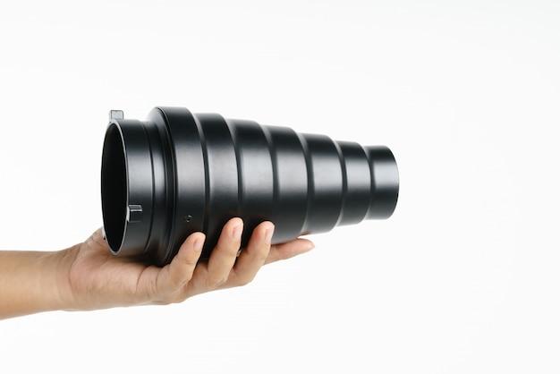 Mano que sostiene el reflector snoot del estudio de fotografía