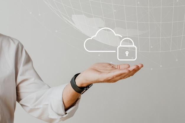 Mano que sostiene el sistema en la nube con protección de datos