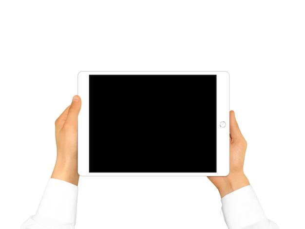 Mano que sostiene la tableta en blanco aislada