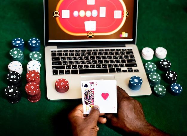 Mano que sostiene la tarjeta jugando juegos de azar en línea