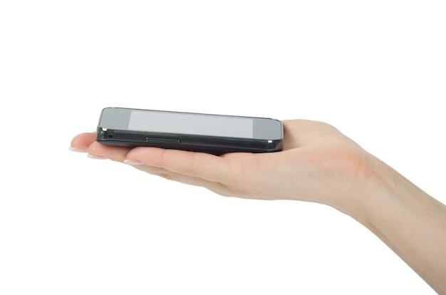 Mano que sostiene el teléfono inteligente móvil con pantalla en blanco