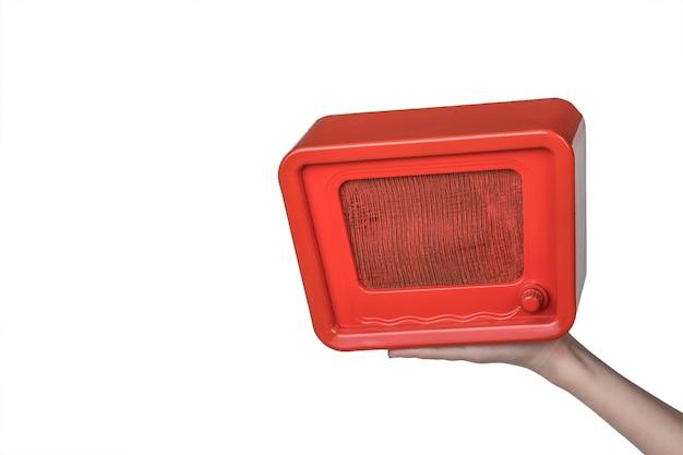 Mano con una radio antigua aislada en un blanco. ingeniería de radio del pasado. diseño retro. la vista desde arriba.