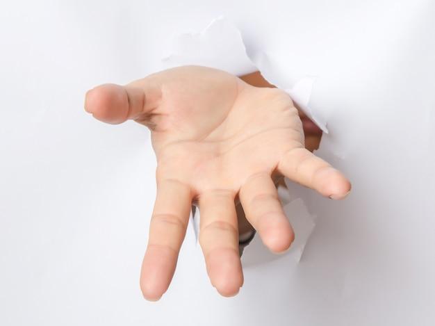 Mano rompiendo papel apuntando hacia ti