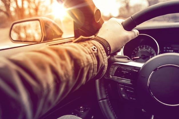 Mano en la rueda de conducción de coches