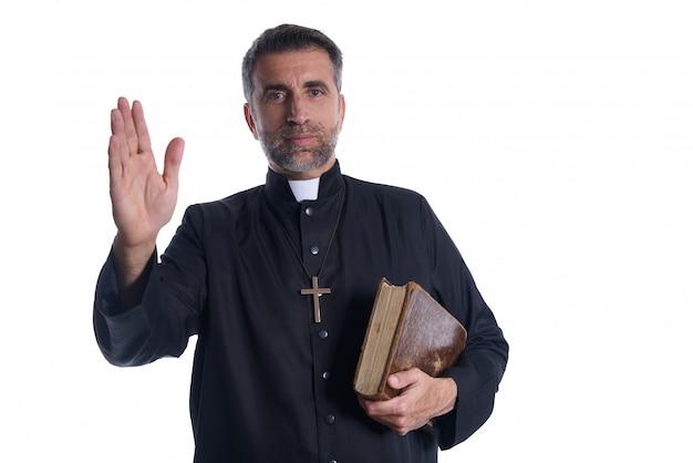 Mano sacerdote bendición masculina con santa biblia