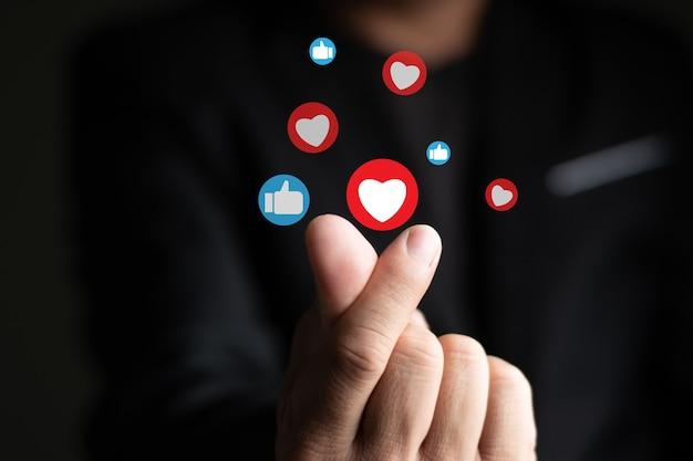 Mano simple y mini corazón, me gusta y pulgar hacia arriba icono, concepto de chat de internet de redes sociales desenfoque de fondo