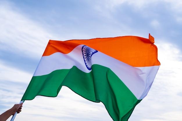 Mano sosteniendo la bandera de la india. día de la independencia de la india, 15 de agosto.