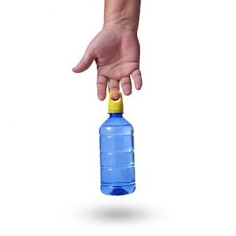 Mano sosteniendo una botella de agua azul con tapa amarilla