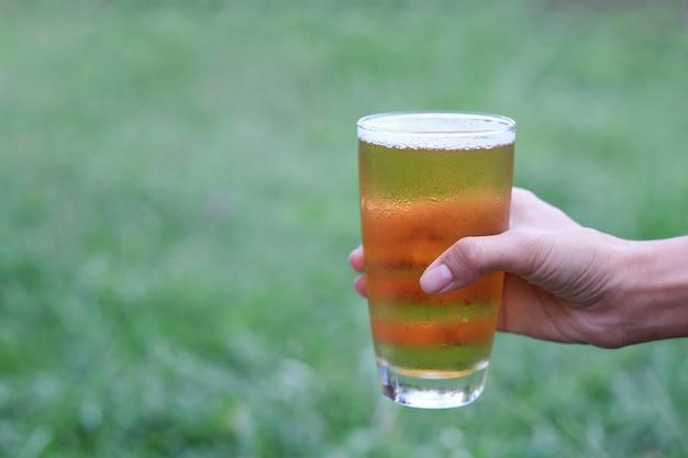 Mano sosteniendo cerveza fría para beber en momentos de relax