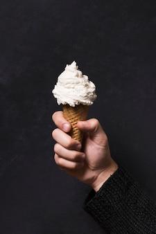 Mano sosteniendo delicioso helado
