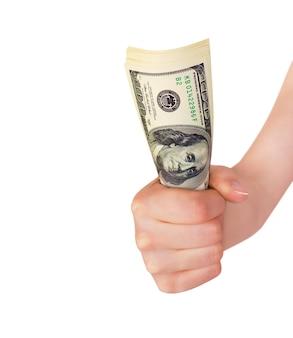 Una mano sosteniendo un fajo de dinero aislado sobre fondo blanco.