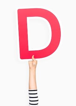 Mano sosteniendo la letra d