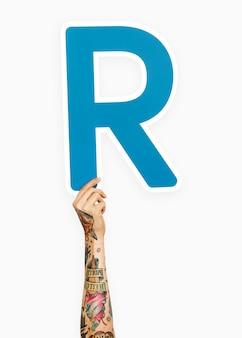 Mano sosteniendo la letra r
