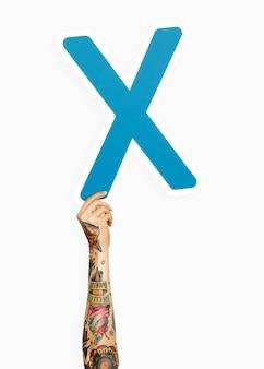 Mano sosteniendo la letra x