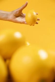 Mano sosteniendo limón orgánico