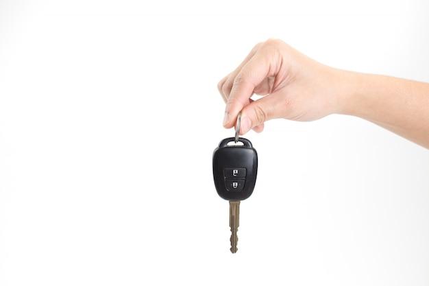 Mano sosteniendo una llave de coche