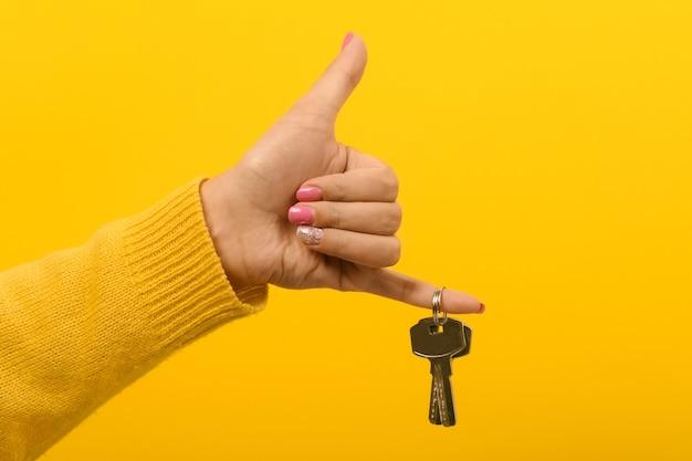 Mano sosteniendo las llaves de la casa