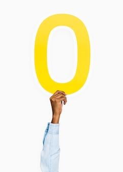 Mano sosteniendo el número 0