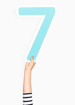 Mano sosteniendo el numero 7