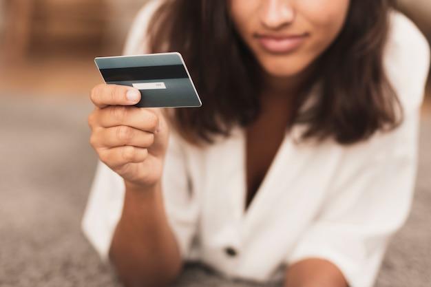 Mano sosteniendo un primer plano de tarjeta bancaria