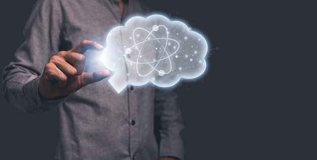Mano sosteniendo el símbolo del cerebro que representa la ilustración de ideas científicas