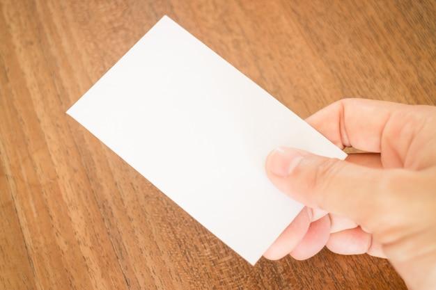 Mano sosteniendo una tarjeta de visita
