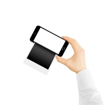 Mano sosteniendo teléfono polaroid con marcos de fotos