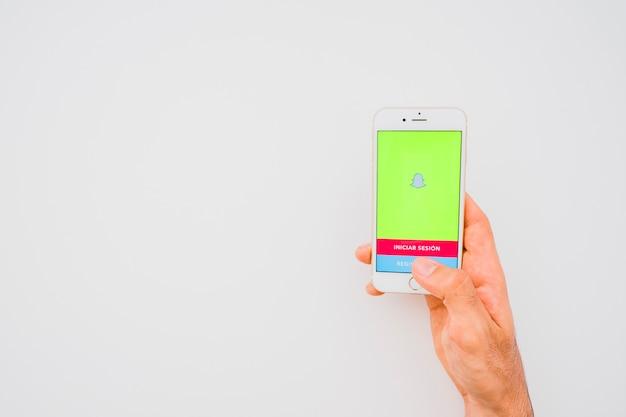 Mano sosteniendo teléfono con snapchat y espacio para copiar