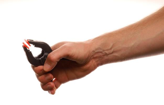 Mano sostiene un clip aislado en blanco