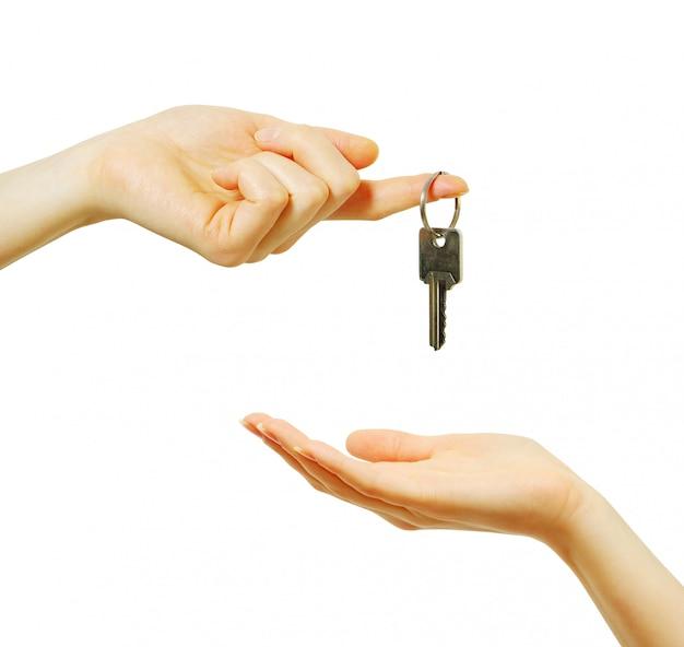 La mano sostiene una llave