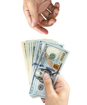 Una mano sujeta el billete de dólar estadounidense para dar y una mano en blanco espera recibirlo