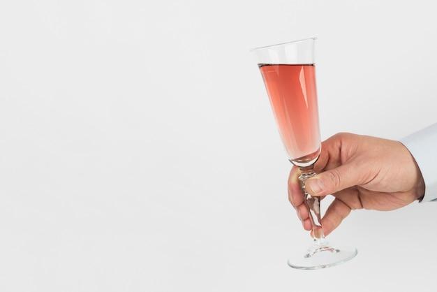 Mano sujetando copa de champán