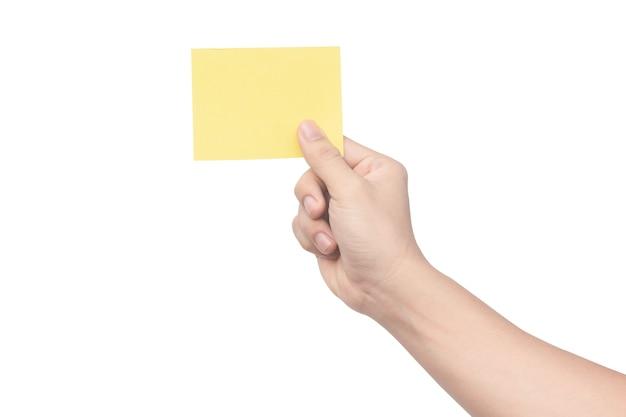 Mano sujetando papel amarillo aislado en blanco con trazado de recorte
