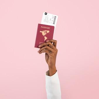 Mano sujetando pasaporte nuevo viaje normal