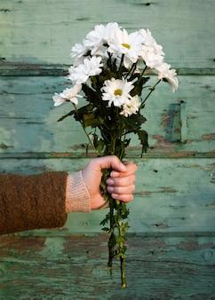 Mano sujetando el ramo de flores de primavera