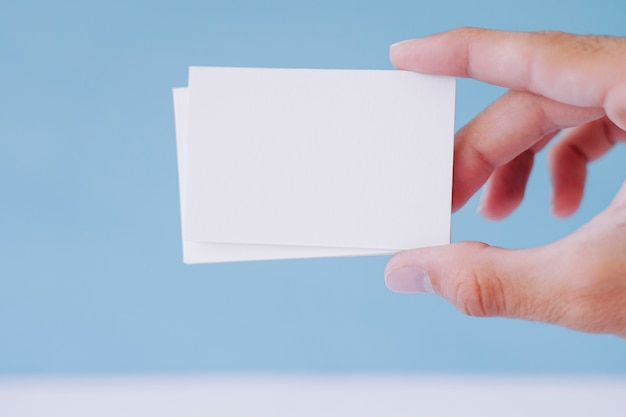Mano sujetando tarjetas de visita