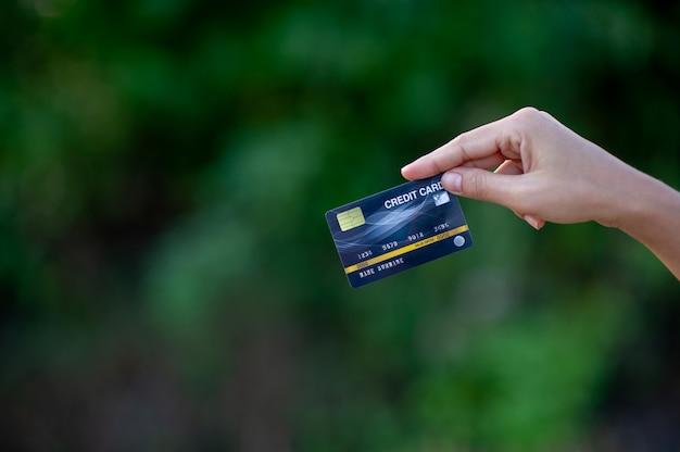 Mano y tarjeta de credito