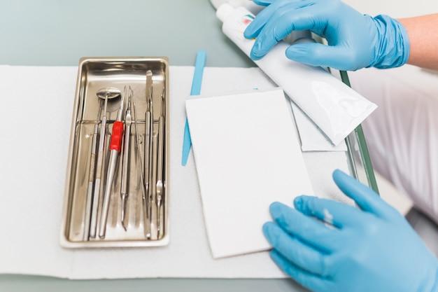 Mano del técnico dental con la almohadilla de mezcla